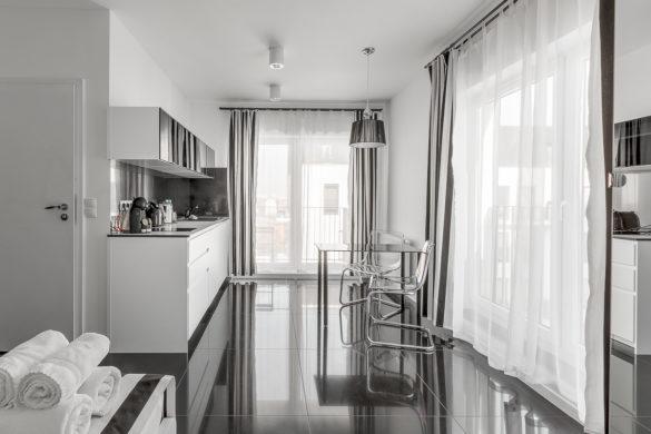 Apartament luksusowy we Wrocławiu - czarno biały wystrój - widok salonu