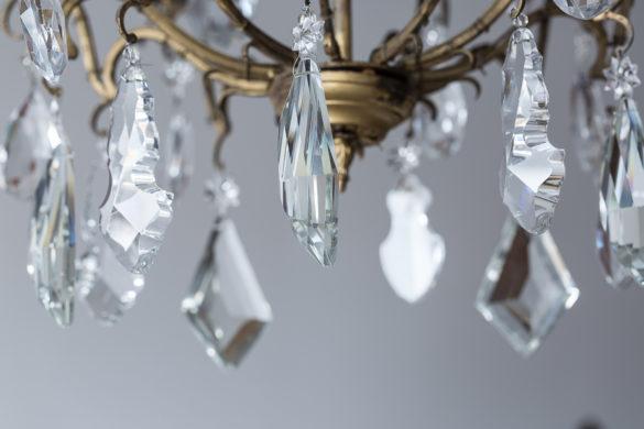 Mieszkanie na poddaszu - Wrocław - kryształy z metalowej lampy