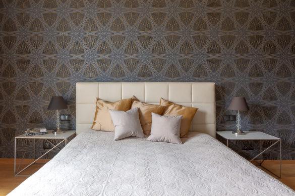Sypialnia - łóżko i wzorzysta tapeta