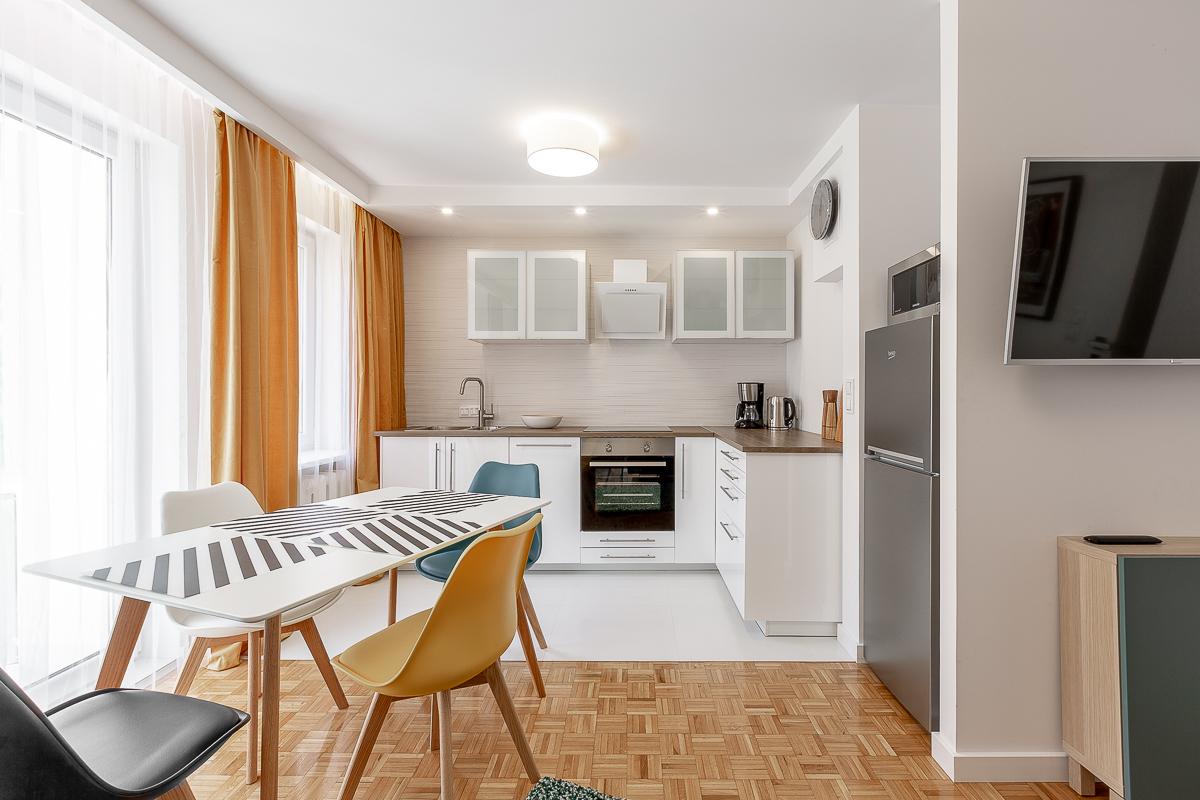 Kuchnia ze stołem do jedzenia blisko salonu - jasna kuchnia - wiosna 2019