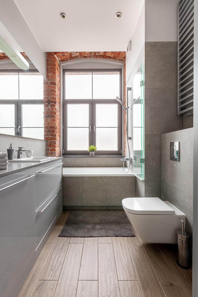 Łazienka - szare wyposażenie - duże okno