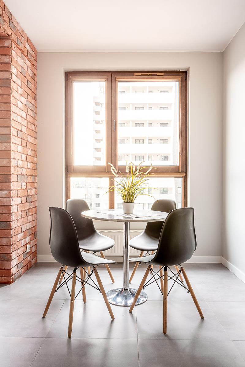 Stolik i krzesła - widok na Atal Tower Wrocław