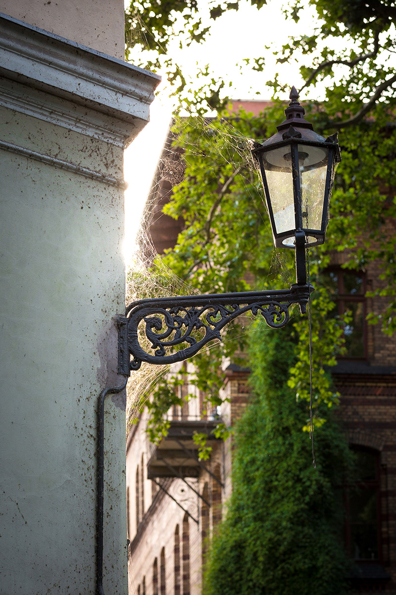 Lampa uliczna czarna kuta we Wrocławiu