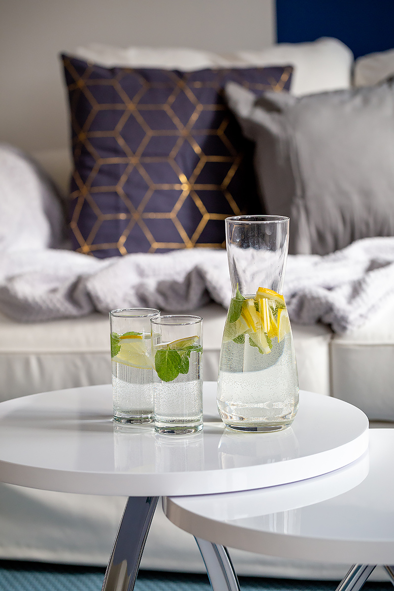 Homestaging biały stolik woda z cytryną